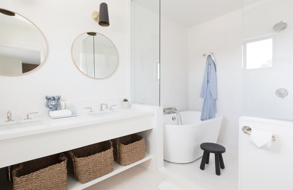 the suite bathroom with bathtub